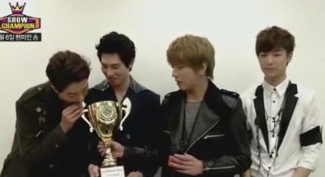 js biting the trophy
