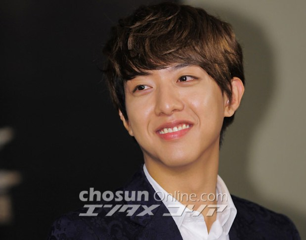 CN Blue Lee Jung Shin′s Fans Donate 1.2 Ton of Rice Wreaths